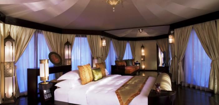 Das Schlafzimmer im Hotel Banyan Tree Al Wadi Ras Al Khaimah überzeugt mit luxuriösem arabischen Luxus.