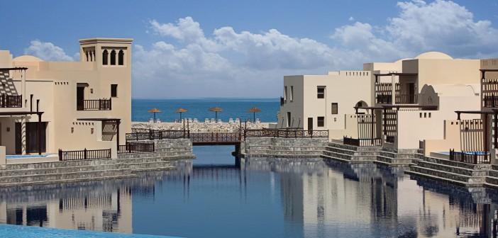 Blick auf die Villen des Cove Rotana Resorts