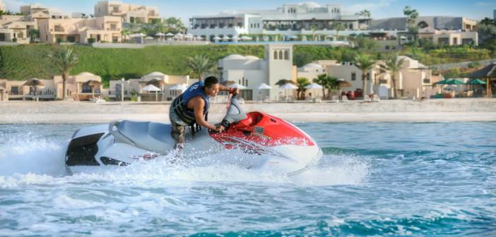 Jet-Ski-Fahrer vor dem Strand des Cove Rotant Resorts