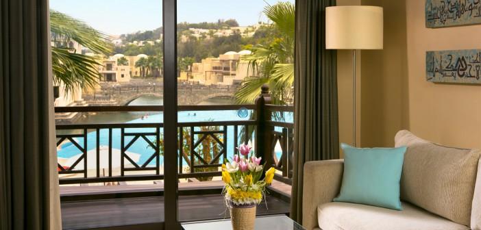 Blick auf das Deluxe King Room Wohnzimmer im Cove Rotana Resort