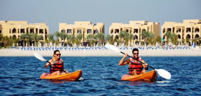 Zwei Kayak-Fahrer vorm Strand des Hotels Doubletree by Hilton Resort & Spa Marjan Island.