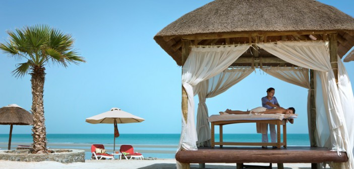 Gazebo Massage am Strand vom Cove Rotana Resort