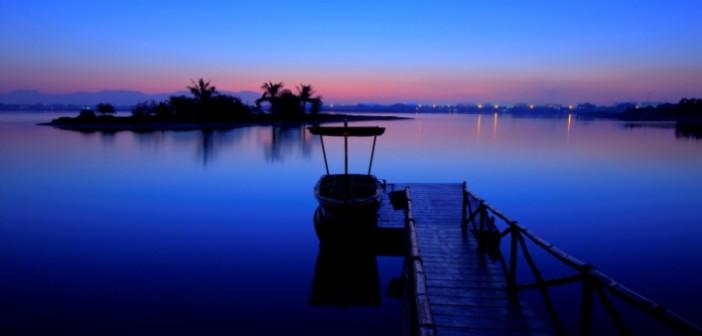 Das Licht des Sonnenuntergangs hüllt den Strand am Hotel Banyan Tree Ras Al Khaimah Beach in einen wundervollen Blauton.