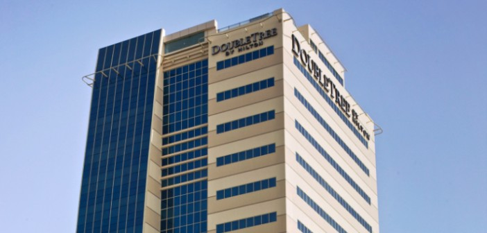 Blick zum Turm des Hotel DoubleTree by Hilton Ras al Khaimah