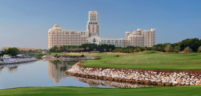 Ein Golfplatz mit Wasser-Bassin vor dem Luxushotel Waldorf Astoria in Ras al Khaimah