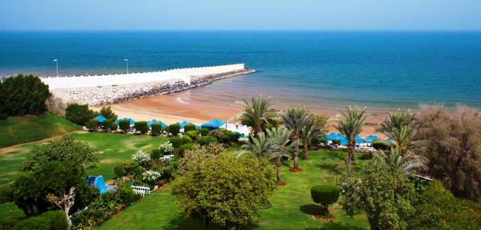 Weitläufige Gartenanlage mit Strand im Bin Majid Beach Hotel