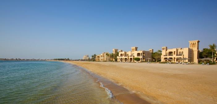Blick vom Strand auf das Hilton al Hamra Golf Resort