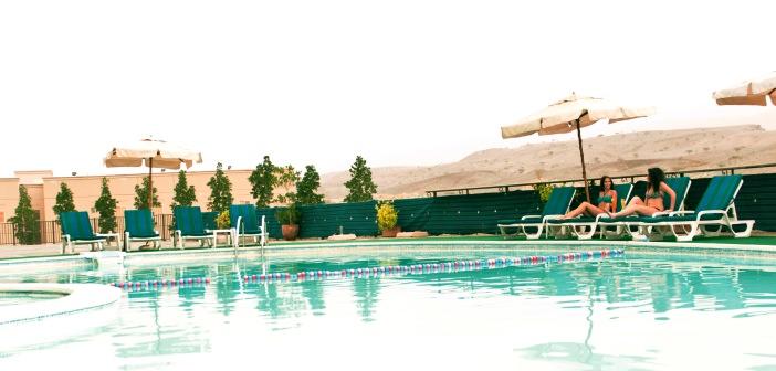 Der Blick auf den Außenpool im Hotel Golden Tulip Khatt Springs