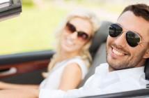 Paar in einem Mietwagen
