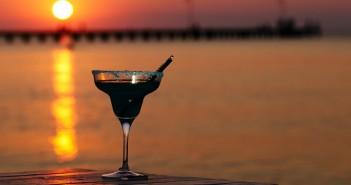 Ein Cocktailglas im Sonnenuntergang von Ras al Khaimah.