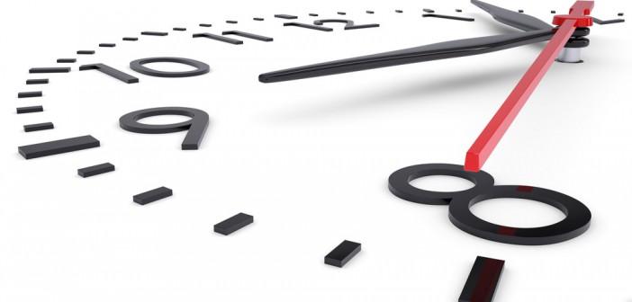 Welche Zeitzone ist in Ras al Khaima - Uhr vor weißem Hintergrund