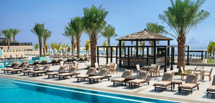 Blick auf die Boardwalk Pool Bar im Hotel Doubletree by Hilton Resort & Spa Marjan Island.