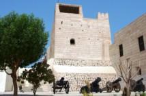 Der Eingang des Nationalmuseums Ras al Khaimahs mit seinen Kanonen aus der Kolonialzeit