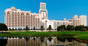 Blick auf die imposante Architektur des Hotels Waldorf Astoria in Ras al Khaimah