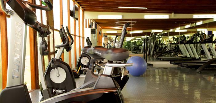 Fitness-Raum mit Cardio-Geräten im Bin Majid Beach Hotel