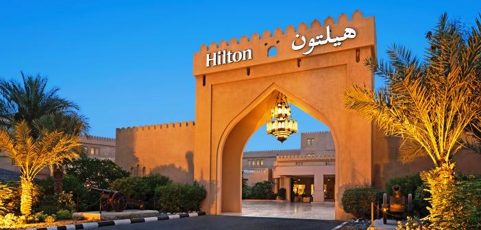 Eingangstor des Hilton Al Hamra Golf Resort bei der Dämmerung