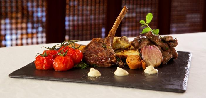 Schieferplatte mit Essen im Hilton al Hamra Golf Resort