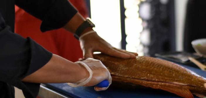 Der Chefkoch im Banyan Tree al Wadi zeigt Ihnen, wie Sie gekonnt einen Fisch filetieren